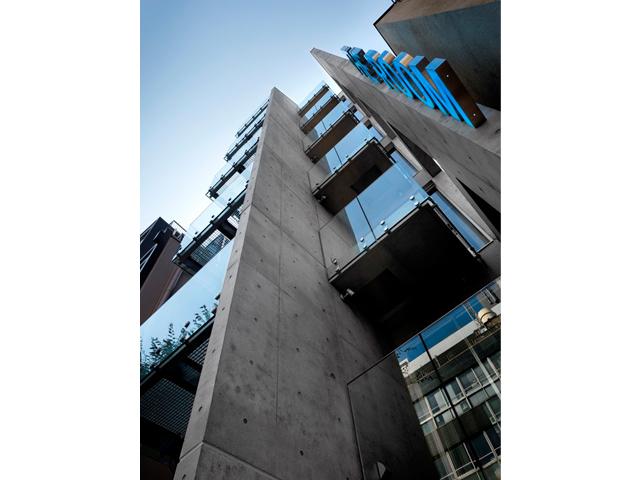 古都神楽坂に融合しガラスとコンクリートが織りなす瀟洒な商業ビル