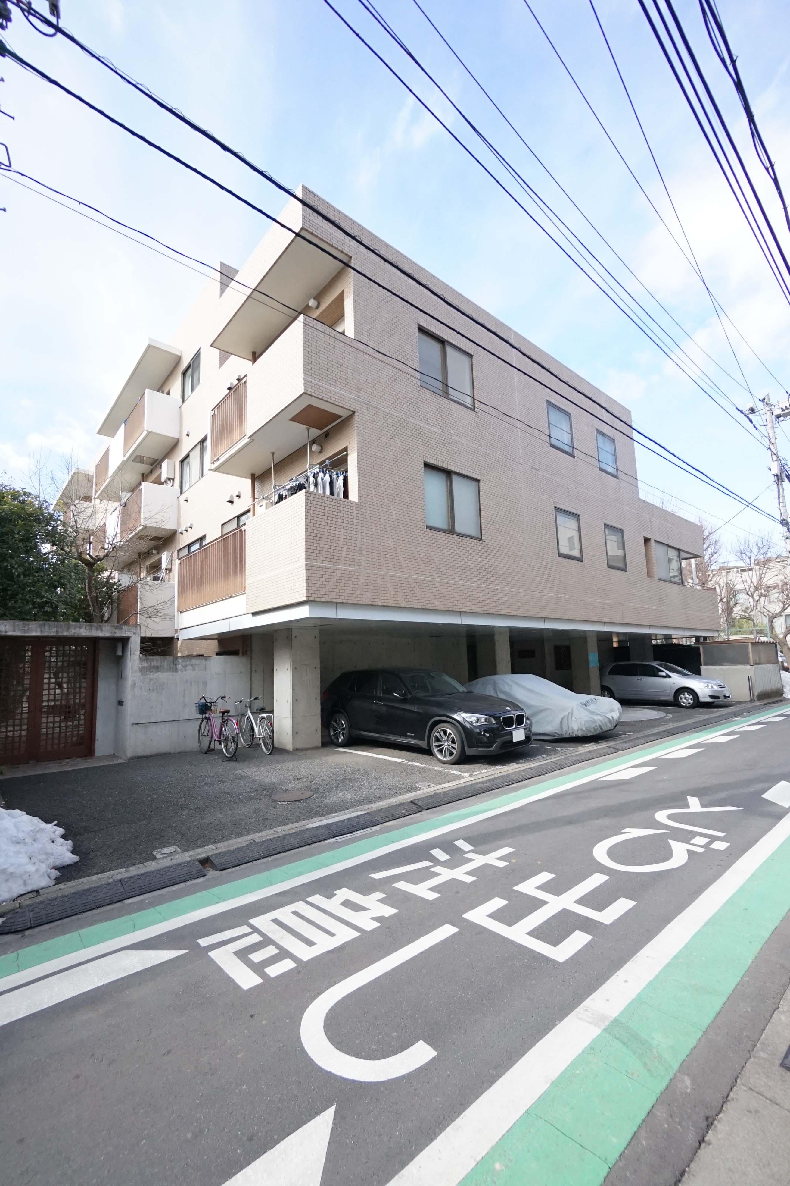 新宿の高台に位置する公園が隣接したファミリー向け賃貸物件