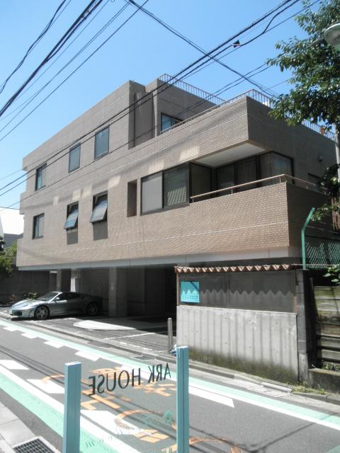 専用の日本庭園付。床の間を備えた和室に防音室。2バスルームの大邸宅。